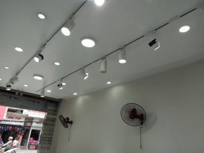 Ứng dụng đèn rọi ray FK-RN01 trong trang trí cửa hàng
